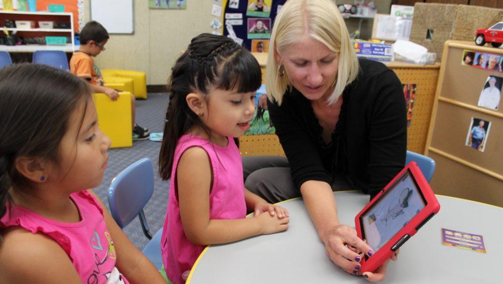Teacher-reads-with-preschoolers